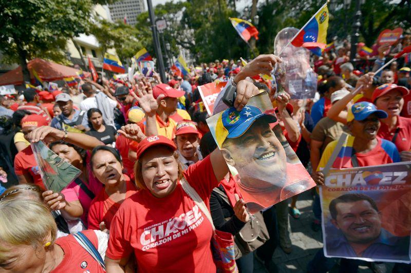 De retour. La foule en liesse dans les rues de Caracas a célébré le retour au pays d'Hugo Chávez. Après soixante-douze jours de convalescence à Cuba, le président vénézuélien a atterri chez lui ce lundi avant d'être transporté dans un hôpital militaire de la capitale. Ce retour inopiné ne permet pas pour l'heure de deviner quelle solution politique et constitutionnelle sera envisagée par le gouvernement pour assure la continuité du pouvoir