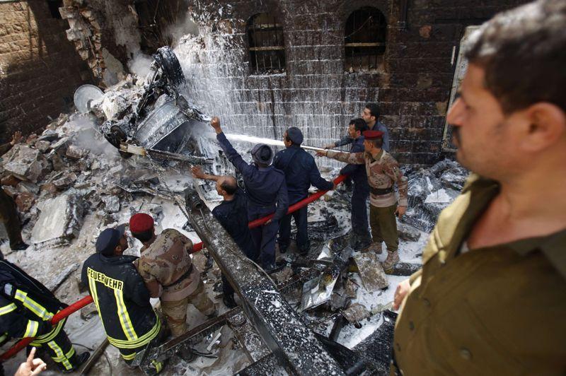 Crash. Un Sukhoï SU-22 de l'armée yéménite s'est écrasé mardi sur un quartier résidentiel de Sanaa, tuant douze personnes dont onze civils et en blessant 22 autres, selon le dernier bilan. L'appareil s'est écrasé sur un bâtiment abritant des résidences et des commerces, provoquant la panique des habitants du quartier de Qadissiya. Au moment du crash, une forte explosion a secoué le quartier et des colonnes de fumée se sont élevées au-dessus du secteur où des voitures ont pris feu.