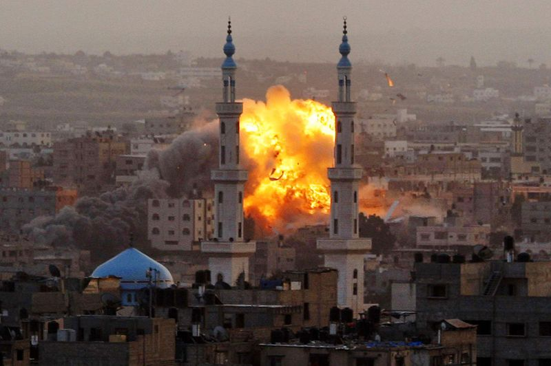 Feu du ciel. Spectaculaire, cette explosion entre les deux minarets d'une mosquée de Gaza, la ville principale de la bande de Gaza, témoigne de la précision des raids menés par l'armée israélienne en novembre dernier, en représailles aux tirs de roquettes sur le sud de l'Etat hébreu. Une opération baptisée «Pilier de défense», qui vient d'être dénoncée cette semaine par l'organisation humanitaire internationale Human Rights Watch. Au moins 161 Palestiniens, dont 71 civils, et 6 Israéliens, dont 4 civils avaient été tués. Après huit jours de bombardements et le retrait des troupes terrestres deTsahal massées à la frontière, le Premier ministre du Hamas au pouvoir à Gaza, Ismaïl Haniyeh, avait célébré «une nouvelle victoire de la résistance héroïque du peuple palestinien».