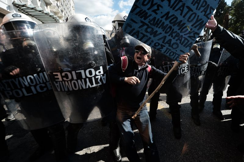 En colère. Au moins 50.000 manifestants sont descendus dans la rue, mercredi dernier, perturbant notamment les transports. En grève, ils protestaient contre l'austérité et les mesures d'économies dont les créanciers internationaux s'apprêtent à vérifier la mise en oeuvre. Des incidents limités ont été signalés: dans la capitale, des policiers ont tiré des gaz lacrymogènes pour repousser des manifestants qui leur lançaient des pierres.