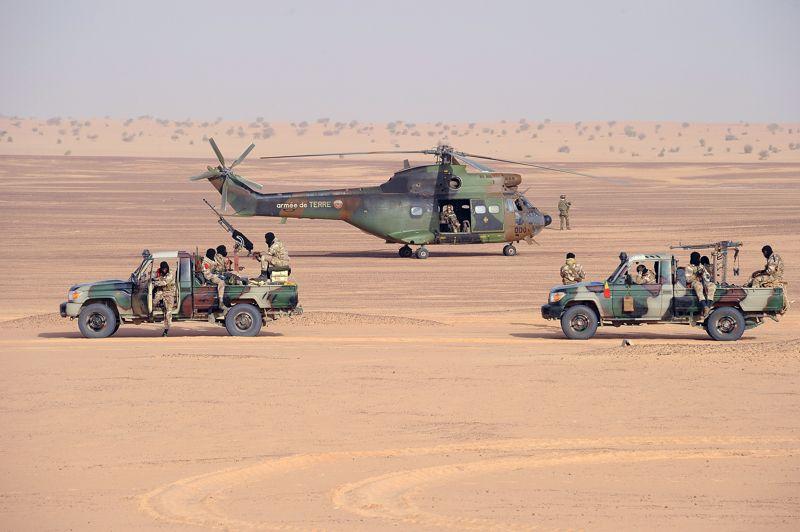 En position. Stationné près de deux véhicules d'assaut de l'armée malienne, un hélicoptère Puma de l'armée française se prépare à décoller dans le nord du Mali. Hier, le sergent-chef Harold Vormezeele, chef d'un commando de légionnaires français a été tué dans de violents combats avec des groupes armés dans cette zone difficile d'accès, où se déroulent actuellement les dernières opérations militaires d'envergures avant le travail délicat de sécurisation.