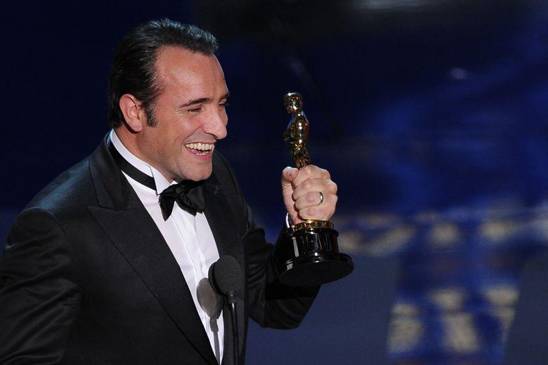 Jean Dujardin est devenu en 2012 le premier acteur Français de l'Histoire à décrocher un Oscar du meilleur acteur pour sa performance dans The Artist. L'interprète de George Valentin, star du muet incapable de s'adapter au cinéma parlant, a éclipsé toutes les valeurs sûres de la saison, dont George Clooney et Brad Pitt. Jean Dujardin a obtenu à Cannes le prix d'interprétation masculine avant d'enchaîner les statuettes: Sag award, Bafta, Golden Globes. Seul raté avec les César, qui lui ont préféré Omar Sy d'Intouchables. L'ancien 'Loulou' d' Un gars, Une fille, qui perfectionne son anglais, a rejoint la grande agence de talent américaine WME qui gère la carrière de Robert De Niro, Clint Eastwood et Ridley Scott. On le verra en banquier véreux chez Scorsese (The Wolf of Wall Street) et en résistant français dans The Monument men, le prochain long-métrage de George Clooney.