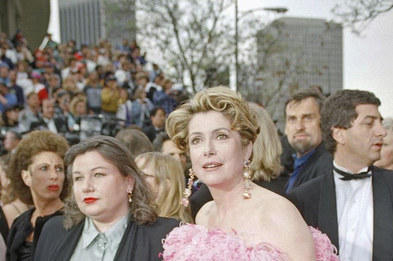 Autre légende du cinéma français à attirer l'attention des Oscars, Catherine Deneuve qui est en lice en 1993 dans la course à la statuette de la meilleure actrice pour Indochine. Les votants lui préféreront Emma Thompson dans Retour à Howards End mais la saga de Regis Wargnier sera couronnée Meilleur film étranger.