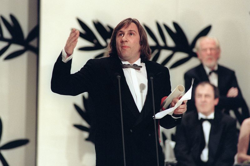 La Tirade du Nez de Gérard Depardieu alias Cyrano de Bergerac émeut les membres de l'académie américaine des arts et sciences du cinéma qui le sélectionne dans la catégorie du meilleur acteur en 1991 mais c'est Jeremy Irons (le Mystère Von Bulow) qui repartira avec l'Oscar. Photo: Gérard Depardieu recevant le prix d'interprétation masculine à Cannes pour Cyrano de Bergerac.
