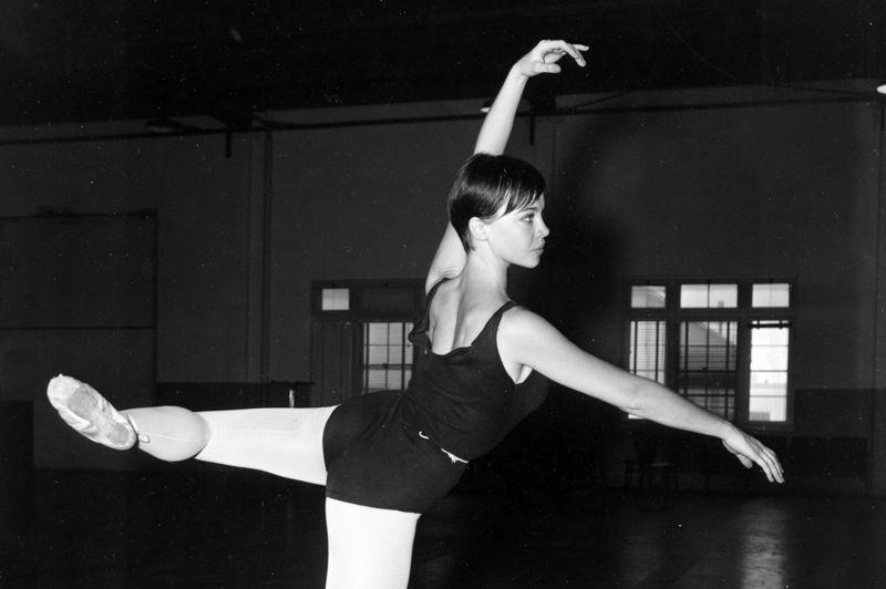 Découverte par Gene Kelly qui cherchait une partenaire pour un Américain à Paris, la danseuse de ballet Leslie Caron fut une des artistes les plus recherchées des années 50. Maîtrisant la danse, le chant et la comédie, la Franco-américaine a été deux fois citées aux Oscars pour Lili en 1954 et pour le drame La Chambre indiscrète en 1962.