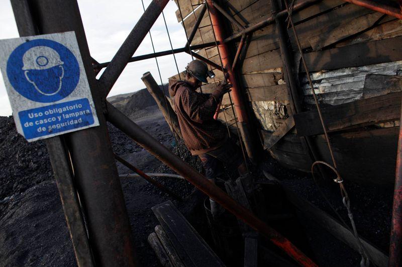 Equipement sommaire, installations vétustes: ce sont les conditions de travail de ce mineur, qui s'apprête à descendre sous terre. A Sabinas, la mine est gérée selon un principe de coopérative, mais ce fonctionnement s'effectue en dehors de toute règlementation. C'est pourtant une pratique légale au Mexique.