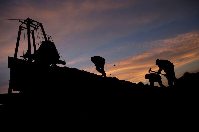 Hors de la mine, au soleil couchant, le labeur de ces forçats du charbon continue: ils travaillent sur le tapis roulant qui remonte leur production des entrailles de la terre.