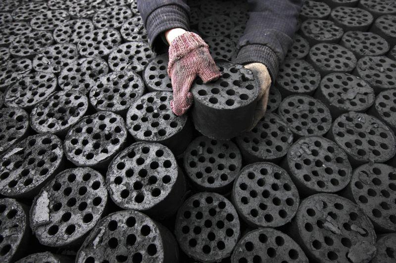 Chine, Huaibei, dans la province de Anhui, au centre du pays: des briquettes de charbon soigneusement rangées dessinent d'harmonieux motifs géométriques.