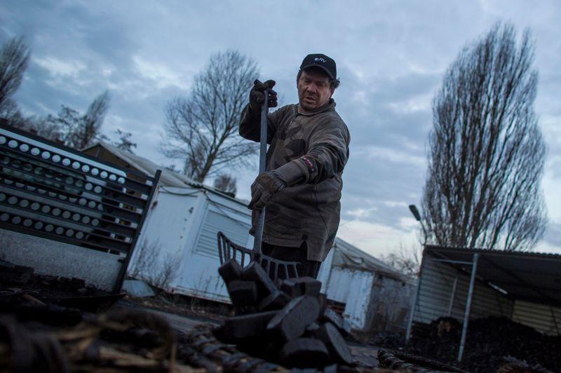 Henry Schulz est livreur de charbon à Berlin. Il travaille pour une petite société qui approvisionne environ 30.000 Berlinois . Au petit matin, il collecte le combustible et charge son camion de livraison.