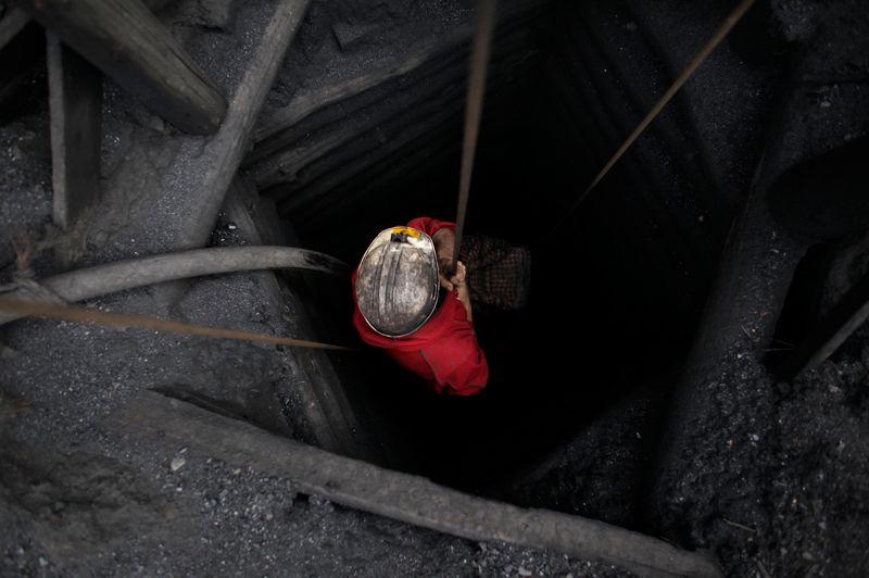 Dans ce système dépourvu de tout contrôle, les plus élémentaires règles de sécurité ne sont pas respectées. La vie de cet homme ne tient qu'à un fil, il sait qu'il risque de ne jamais remonter à la surface, comme 14 de ses collègues qui ont péri sur ce site minier en mai 2011 à la suite d'une explosion.