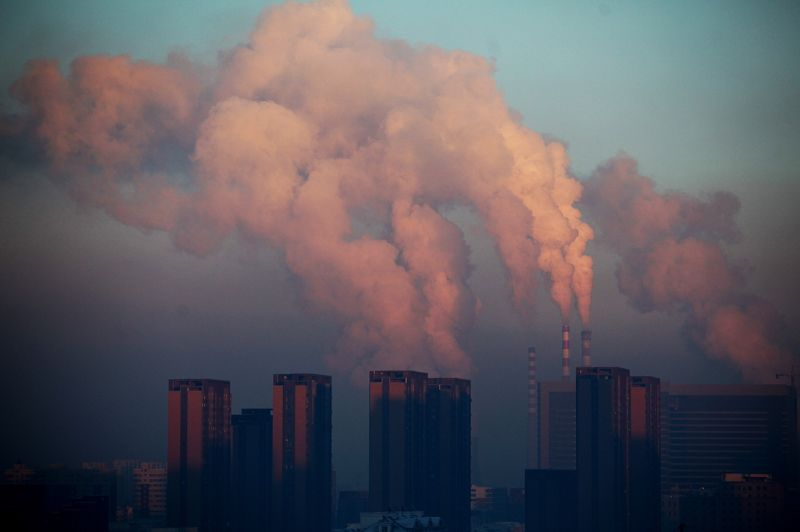 Province de Jilin, dans le Nord-Est de la Chine: la ville de Changchun suffoque dans un nuage de pollution tandis que de lourds panaches de fumée s'échappent des cheminées d'une centrale thermique. Circulation automobile et combustion du charbon sont désignés comme les deux grands responsables.