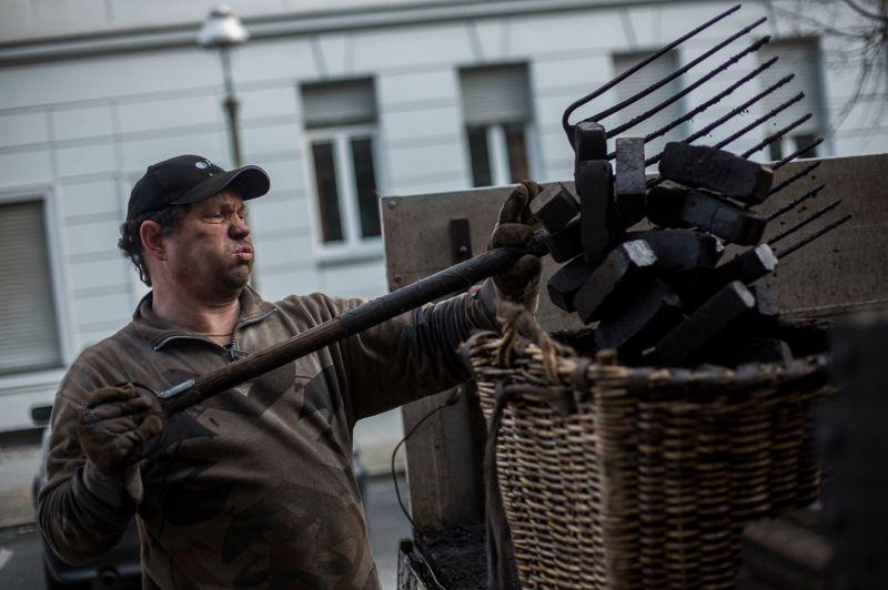 Les jours de grande activité, il manutentionne jusqu'à 10 tonnes de charbon. Il utilise un panier d'osier, comme ses prédécesseurs des siècles passés.