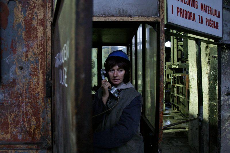 Bosnie: Semsa Hadzo est ingénieur dans la mine de Breza, située à 20 km au Nord de Sarajevo ; elle attend le signal pour descendre 450 mètres sous terre et entamer ainsi une journée de travail longue de huit heures.