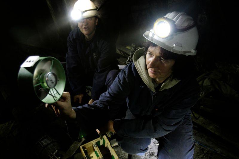 Semsa Hadzo procède à un contrôle de la circulation d'air et de la température. Dans trois ans, elle partira à la retraite, comme les autres femmes employées de cette mine: ce sera la fin d'une époque.