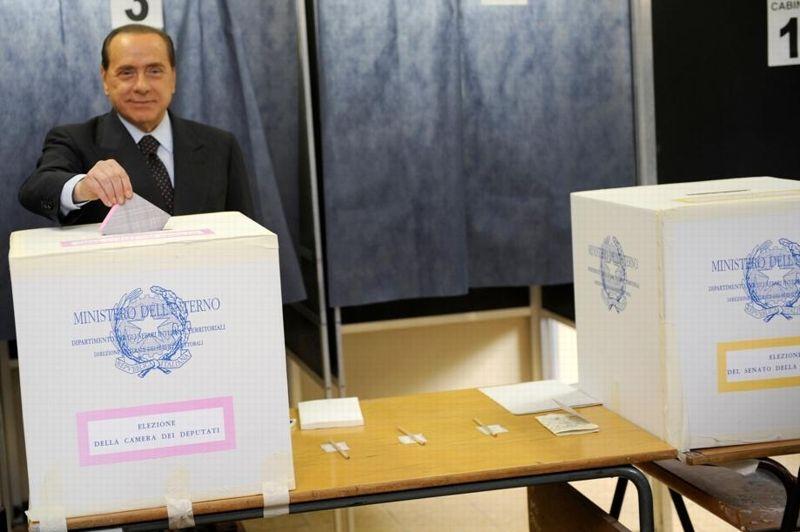 AVRIL 2008. Silvio Berlusconi triomphe aux législatives. Sa coalition obtient la majorité absolue dans les deux Chambres du parlement. Le Cavaliere, qui va retrouver pour la troisième fois son siège de président du Conseil, met cependant en garde ses concitoyens contre «des mois difficiles» qui «demanderont un grand courage». Sa marge de manœuvre est limitée: il doit gouverner sous la pression du parti extrémiste et anti-immigrés de la Ligue du nord qui, recueillant 8% des voix, a doublé son score.
