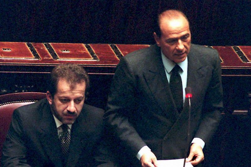 DÉCEMBRE 1994. Le triomphe du Cavaliere (ici peu avant sa démission) est de courte durée. Son gouvernement s'effondre quand la Ligue du Nord, un de ses alliés principaux, quitte le «Pôle des Libertés» sur fond de désaccord sur les retraites et d'allégations de fraude fiscale à l'encontre de Silvio Berlusconi.