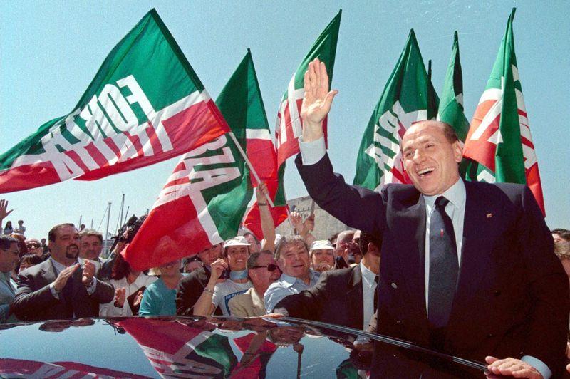 MAI 2001. Après cinq ans dans l'opposition passés à réorganiser son parti, Silvio Berlusconi remporte une victoire triomphale aux législatives de 2001 à la tête d'une coalition appelée «Maison des Libertés», qui comprend, entre autre, encore une fois l'Alliance du Nord et l'Alliance Nationale. Le milliardaire qui promet de donner à l'Italie «un miracle économique» et qui signe, à cet effet, en direct à la télévision un «Contrat avec les Italiens «, retrouve son siège de président du Conseil. AP