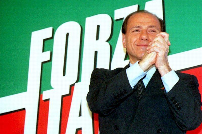 DÉCEMBRE 1993. Âgé de 58 ans, Silvio Berlusconi se lance en politique et crée son propre parti politique «Forza Italia» (Vas-y l'Italie), d'après un chant des supporters du Milan AC. La formation politique est constituée de fidèles, essentiellement de cadres de la Fininvest. Le pari est gagnant. En mars 1994 (photo), Silvio Berlusconi remporte les législatives anticipées, à la tête d'une coalition de centre-droit, baptisée «Pôle des Libertés». Forza Italia arrive en tête avec 21% des voix. Promettant de créer plus d'un million d'emplois, porté par d'abondants spots publicitaires, Silvio Berlusconi séduit les électeurs désorientés après les révélations de l'opération anti-corruption «Mains Propres» qui met en cause les partis politiques jusqu'à alors au pouvoir.