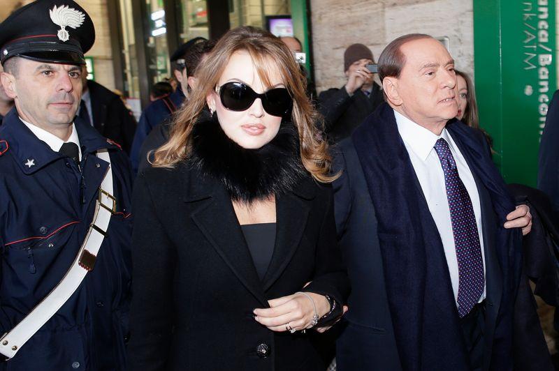 DÉCEMBRE 2012. Après avoir multiplié les déclarations contradictoires sur un éventuel retour en politique, Silvio Berlusconi annonce sa candidature aux législatives de février. «C'est avec tristesse que je retourne à la vie publique», explique Silvio Berlusconi qui s'est fiancé avec une jeune femme de 27 ans (photo). Il s'illustre par des promesses fracassantes comme une amnistie générale des délits fiscaux et le remboursement de la taxe d'habitation instaurée par le gouvernement Monti. Cette audace paye. En trois mois, il a réduit de moitié son retard sur le centre-gauche, passant de 18% à 30% des intentions de vote.