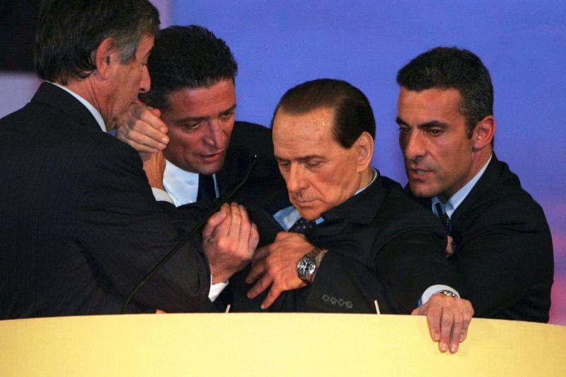 NOVEMBRE 2006. Silvio Berlusconi, accusé de fraude dans la gestion de Mediaset, son empire télévisuel qu'administre sa famille, revient devant la justice. Un malaise cardiaque (photo) provoque le report du procès et il part aux Etats-Unis se faire poser un stimulateur cardiaque.