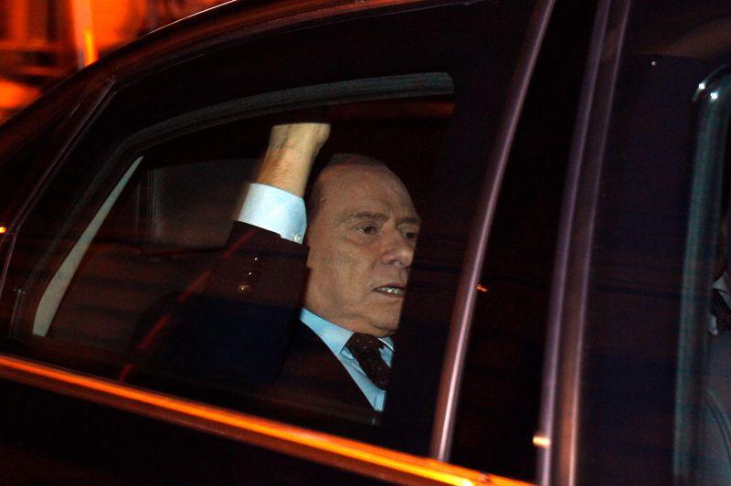 NOVEMBRE 2011. Une série de revers électoraux, qui voit son parti battu dans son fief de Milan, la crise de la dette, une majorité qui se disloque de toute part, une impopularité record, des scandales et des procès à répétition… Silvio Berlusconi est contraint de démissionner. Il quitte le palais présidentiel sous les huées et par une porte dérobée, cédant le pouvoir au gouvernement technique de Mario Monti.
