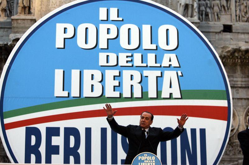 NOVEMBRE 2007. Silvio Berlusconi dissout «Forza Italia» et la» Maison des libertés» pour fonder le parti du «Peuple de la Liberté». Trois mois plus tard, en février 2008, suite à la démission de Romano Prodi, le président italien dissout le parlement et annonce de nouvelles élections. Menant une campagne plus civilisée qu'en 2005, le Cavaliere est une fois de plus en tête des sondages et se déclare sûr à 100%, à 71 ans, de la victoire, s'engageant à «remettre l'Italie sur ses pieds».