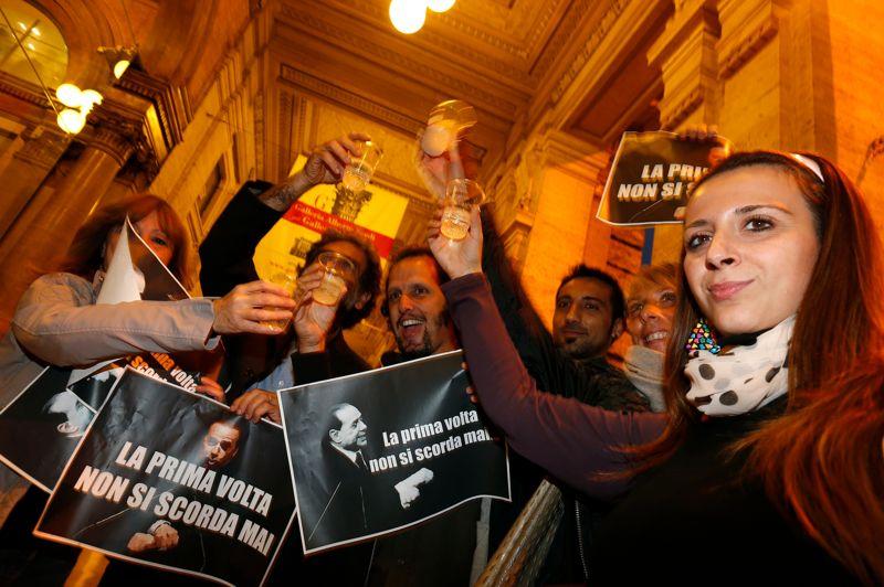 OCTOBRE 2012. Accusé dans le cadre de l'affaire Mediaset d'avoir artificiellement gonflé le prix des droits de diffusion de films, Silvio Berlusconi est condamné en première instance à quatre ans de prison, immédiatement ramenés à un an en vertu d'une loi d'amnistie. Il écope aussi de cinq ans d'interdiction de la fonction publique et doit verser 10 millions d'euros à titre d'avance au fisc italien. Habile à se poser en «victime» des juges de gauche, Silvio Berlusconi a été poursuivi plus de dix fois pour corruption, fraude fiscale ou financement politique illicite. Ses condamnations n'ont jamais été confirmées en appel. Trois procédures sont encore en cours contre lui pour fraude fiscale, corruption et prostitution de mineure. Photo: des manifestants applaudissent la condamnation de Silvio Berlusconi.