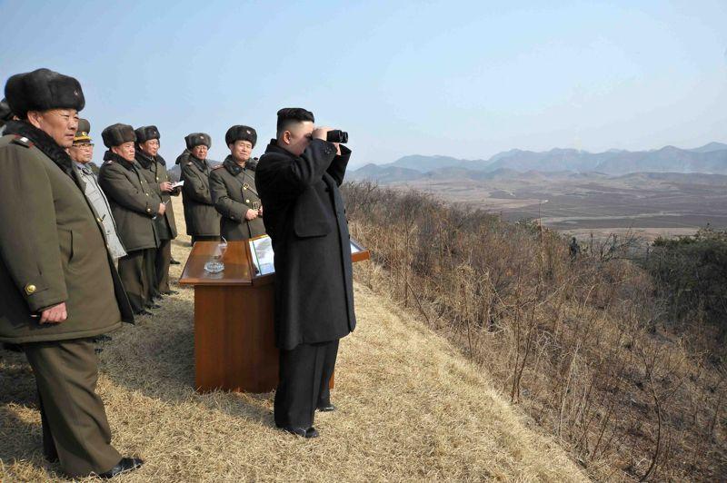 Provocation? Le dirigeant de la Corée du Nord, Kim Jong-Un, a assisté à des manoeuvres à tirs réels, au lendemain de l'investiture de la présidente de Corée du Sud. Selon l'agence officielle KCNA, ces manoeuvres avaient pour but de tester les capacités de l'armée «à conduire une vraie guerre». L'agence n'a pas précisé le lieu et la date de ces manoeuvres militaires, mais l'annonce a été faite quelques heures après le début officiel du mandat présidentiel de Park Geun-hye.