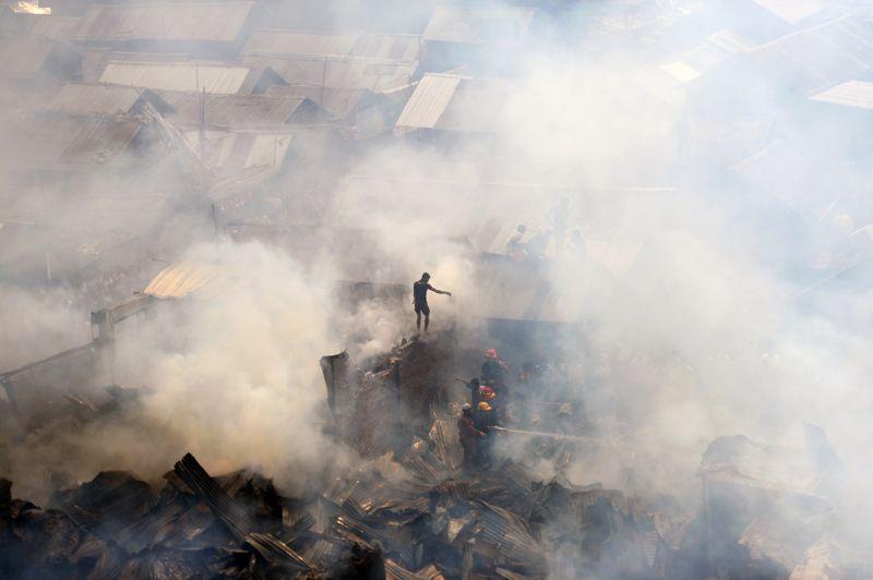 Destructeur. Un violent incendie a ravagé un des bidonvilles de Dhaka, la capitale du Bangladesh. Plus de 300 abris, la plupart réalisés à partir de cannes de bambou, de tôles ondulées et de bois n'ont pas résisté aux flammes, malgré l'intervention des pompiers. Plusieurs centaines de personnes ont ainsi perdu leurs habitations et attendent d'être relogées.