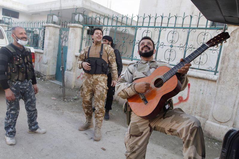 Pause. C'est un petit moment de répit dans une guerre civile d'une extrême violence. Un combattant de l'Armée Syrienne Libre joue de la guitare dans une rue d'Alep, son arme en bandoulière. Pendant ce temps, des combats ont été signalés au nord de la ville, autour de l'académie militaire de Khan al-Assal, un bastion loyaliste. L'armée libre se serait emparée de l'un des bâtiments. Des combats ont aussi eu lieu autour de la Mosquée des Omeyyades, véritable joyau historique.