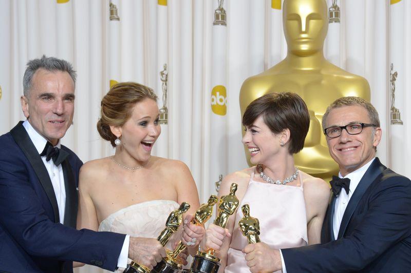 Récompensés. Jennifer Lawrence a décroché l'Oscar de la Meilleure Actrice et Anne Hathaway a remporté l'Oscar de la Meilleure Actrice dans un second rôle. Côté masculin, Daniel Day-Lewis a remporté pour la troisième fois la statuette du meilleur acteur et, après avoir triomphé aux Golden Globes, Christoph Waltz remporte lui l'Oscar du meilleur acteur dans un second rôle.