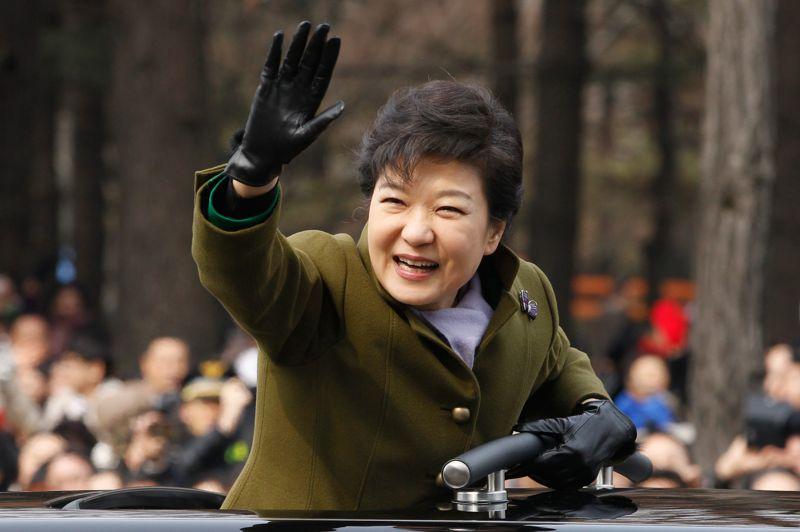 Présidente. Park Geun-hye a officiellement fait son entrée à la Maison Bleue. Ce lundi, la première femme présidente de la Corée du Sud a succédé à Lee Myung-bak à la résidence des chefs d'Etat, au terme d'une cérémonie de passation de pouvoir organisée à Séoul. Devant 70 000 personnes, elle a prononcé un discours d'investiture adressé à la population et aux sept millions de Sud-Coréens de l'étranger. Insistant sur l'économie, première priorité de la population, elle a aussi averti qu'elle ne tolèrerait pas la moindre provocation du Nord.