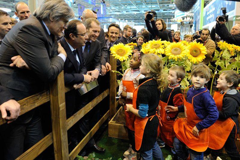 Incontournable. François Hollande a inauguré samedi dernier à Paris le cinquantième salon de l'agriculture. Après des sourires aux enfants et des mains serrées, le président s'est employé à rassurer les consommateurs échaudés par le scandale du cheval en exigeant l'«étiquetage obligatoire» de l'origine des viandes sur les plats cuisinés et a promis un soutien «exceptionnel» aux éleveurs laitiers.