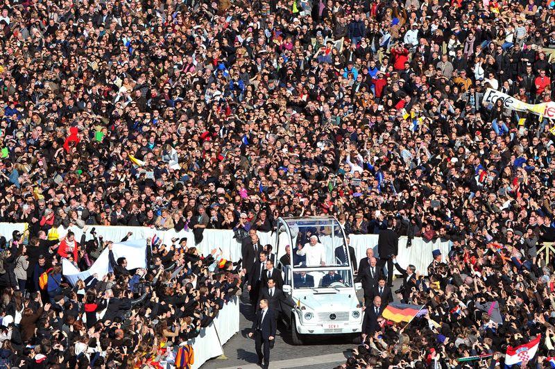Adieux. Tous les regards se sont tournés vers Rome. A la veille de sa démission, Benoît XVI est arrivé Place Saint-Pierre en milieu de matinée mercredi pour l'ultime audience de son pontificat qui aura duré près de huit ans. Faisant un tour de la majestueuse place en papamobile ouverte sur les côtés, il a été acclamé pour sa 348e audience générale par une foule estimée à plus de 100.000 fidèles et touristes, qui brandissaient des drapeaux ou banderoles disant «Merci» dans toutes les langues.