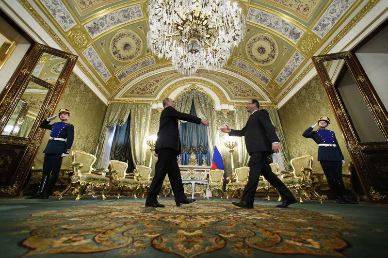 En visite. Le président français François Hollande est arrivé mercredi soir à Moscou pour une visite de 24 heures en Russie et un tête-à-tête avec son homologue russe Vladimir Poutine le lendemain au Kremlin. Cette visite, la première depuis l'élection du chef de l'Etat français en mai, vise à resserrer les liens économiques mais aussi personnels entre les deux dirigeants alors que Paris et Moscou divergent sur la difficile question de la crise syrienne.