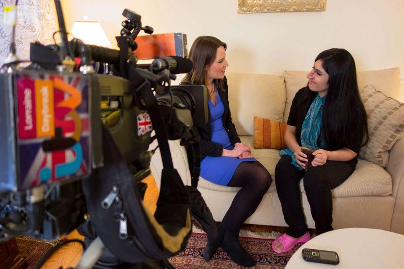 Nouveau visage. Aesha Mohammadzai, la jeune Afghane dont le visage mutilé avait fait le tour du monde en couverture du magazine Time, a présenté son nouveau visage à la télévision britannique après avoir subi plusieurs opérations de chirurgie réparatrice. Mariée de force à l'âge de 12 ans, la jeune femme a fuit son domicile familial, en Afghanistan, en 2009. Son mari l'avait torturé avantde lui couper le nez et les oreilles. Elle a été alors hébergée dans un centre destiné aux femmes afghanes battues, à Kaboul, puis transférée aux États-Unis, où elle vit aujourd'hui, dans le Maryland, en compagnie d'une nouvelle famille.