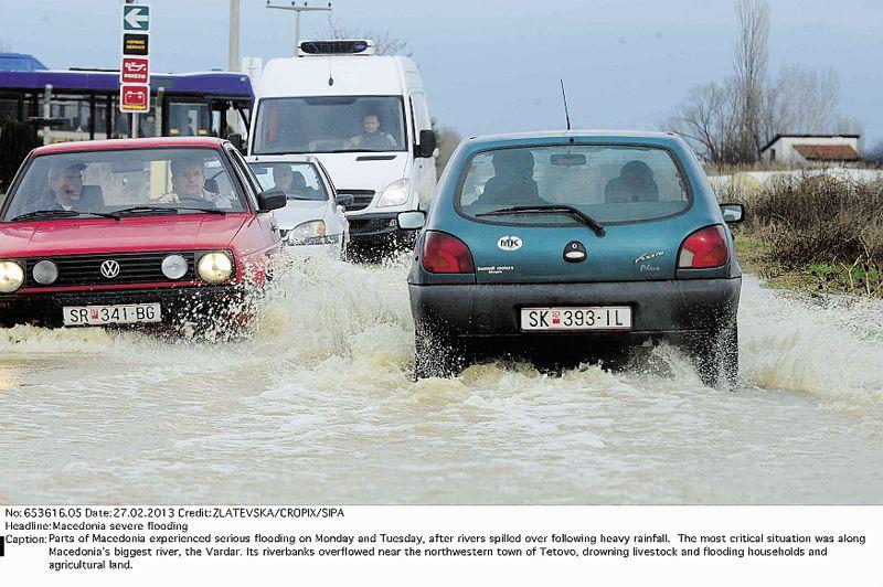 Sous l'eau. Les pluies diluviennes qui s'abattent sur la Macédoine depuis 72 heures ont inondé des centaines de maisons dans l'est et le centre du pays, isolant des dizaines de villages, provoquant des pannes d'électricité et entraînant une pénurie d'eau potable. Deux barrages risquent de céder en raison de la pression d'eaux gonflées par ces quatre jours d'intempéries. Des secouristes ont distribués des vivres, des vêtements, des couvertures et des médicaments aux sinistrés.