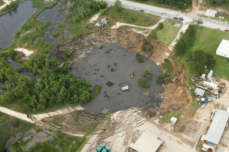 D'autres zones à risques que la Floride existent aux Etats-Unis . Le Texas, comme sur cette photo prise en 2008 à Daisetta, l'Alabama, le Missouri, le Kentucky, le Tennessee et la Pennsylvanie sont également concernés. À Daisetta, le cratère faisait 274 mètres de large et avait avalé un tracteur, des équipements de forage et plusieurs véhicules. Le trou se remplissant d'eau, un aligator voisin y avait même élu domicile.
