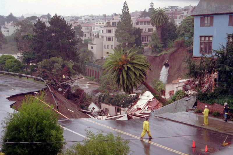 L'éclatement d'une canalisation, comme ici en 1995 à San Francisco, contribue également à la formation des dolines. Grand de 45 mètres sur 60, ce trou a englouti deux maisons.