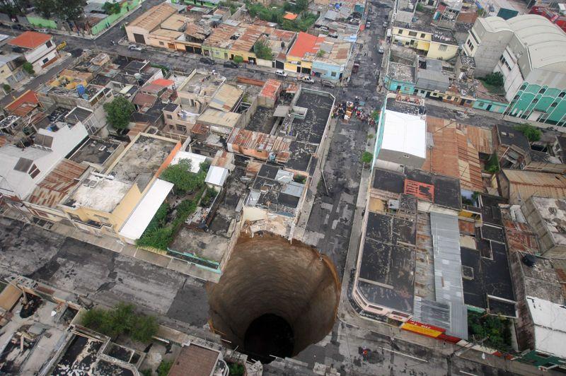 En 2010 suite à la tempête Agatha, sous la force des glissements de terrain, un immeuble de trois étages et un carrefour ont été engloutis à Guatemala city pour laisser place à ce trou béant. D'après les experts, le terrain s'est affaissé probablement au niveau d'«une intersection de tuyaux» de distribution d'eau desservant la capitale. Aucun décès n'est à déplorer. Les 300 personnes vivant dans le quartier ont été invitées à quitter les lieux.