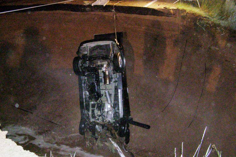 Si ces trous aspirent régulièrement voitures et batiments, il est rare que ces affaissements soient mortels, comme ce fut le cas sur ce cliché en Utah en 2011 où une des deux passagers de ce véhicule n'a pas survécu à la chute.