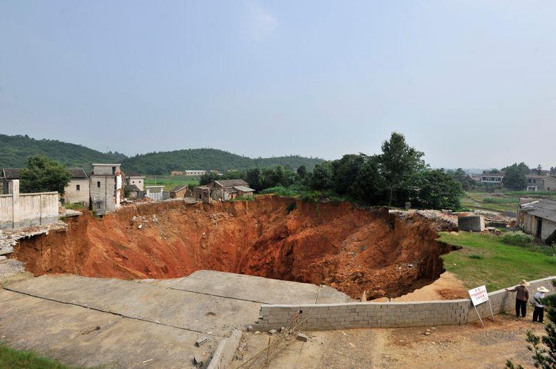 En Chine, une doline est apparue en janvier 2010 dans la ville de Ningxiang. Le trou qui s'élargissait au fur et à mesure avait atteint en juin 150 mètres de long et 50 mètres de large.