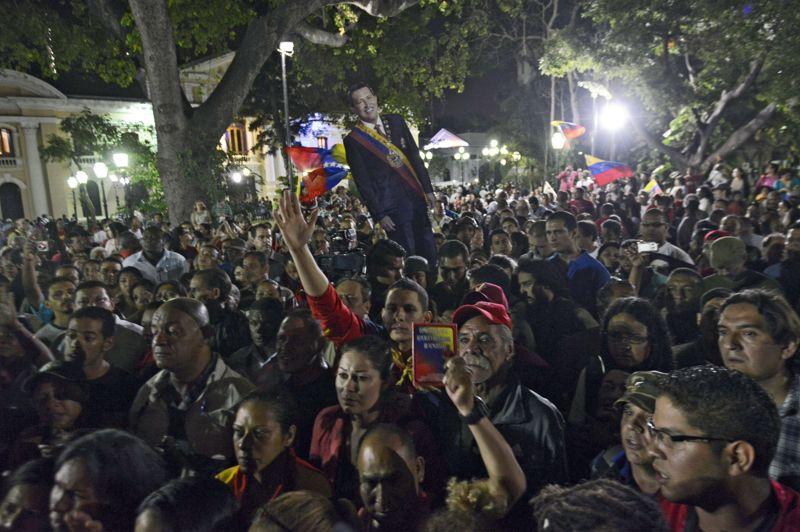 Après avoir appris son décès, des centaines de partisans du «comandante», visiblement incrédules, sortent spontanément dans la rue, tandis que la capitale, Caracas, se trouve plongée dans un silence pesant. De nombreux commerces et l'ensemble des transports publics se mettent aussitôt à l'arrêt.