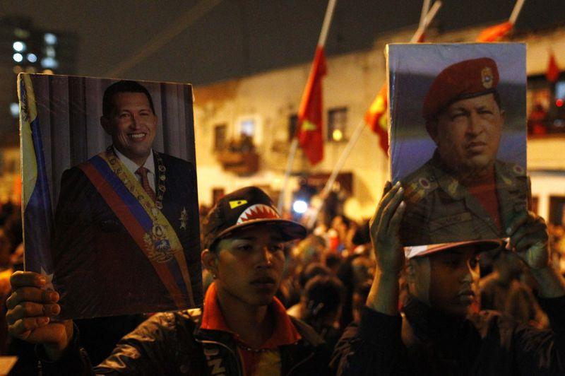 Certains partisans entonnent immédiatement des slogans à sa gloire: «Chavez au panthéon!» ou «Nous sommes tous Chavez!», pouvait-on entendre devant l'hôpital militaire. D'autres portent des portraits géants pour rendre un dernier hommage au chantre de la révolution socialiste bolivarienne.