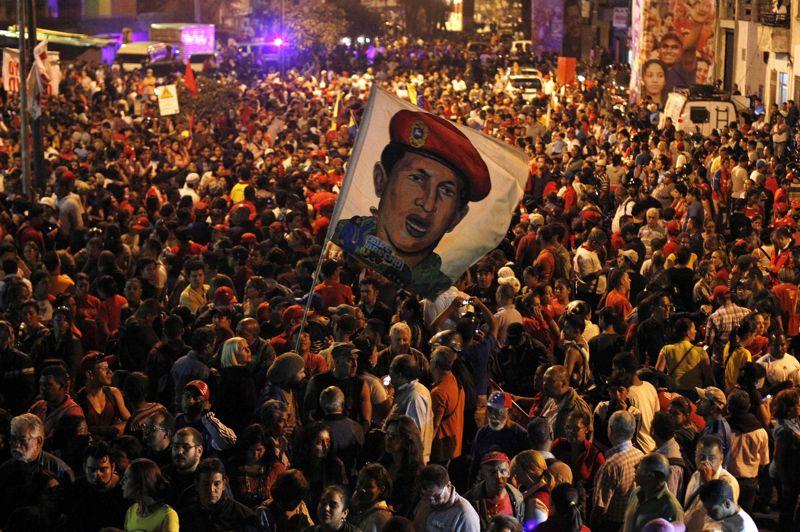 Les supporters du président vénézuélien Hugo Chavez se réunissent aussitôt devant l'hôpital où il était hospitalisé. Sous le choc, ils n'ont qu'un un mot d'ordre à la bouche: continuer la lutte.