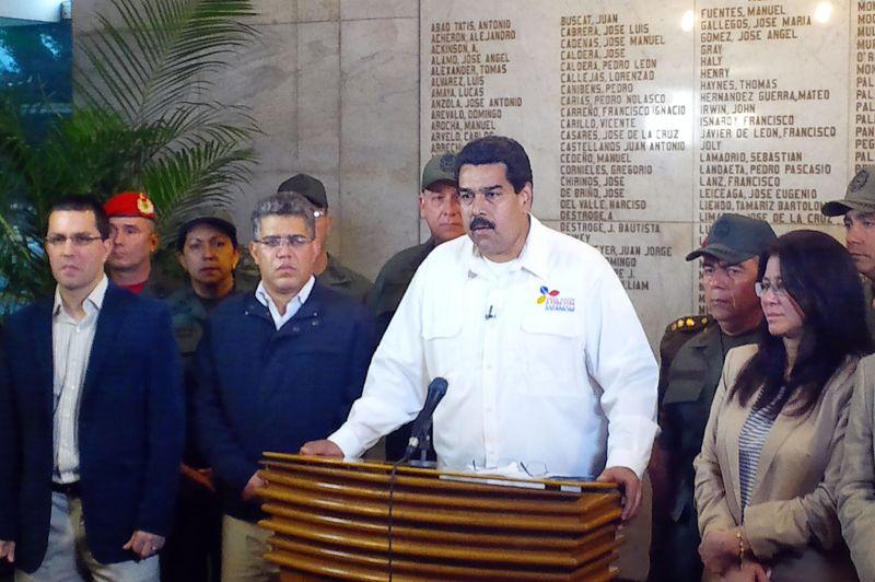 Le vice-président vénézuélien, Nicolas Maduro, annonce, très ému, la mort du président Hugo Chavez mardi à Caracas, des suites d'un cancer.