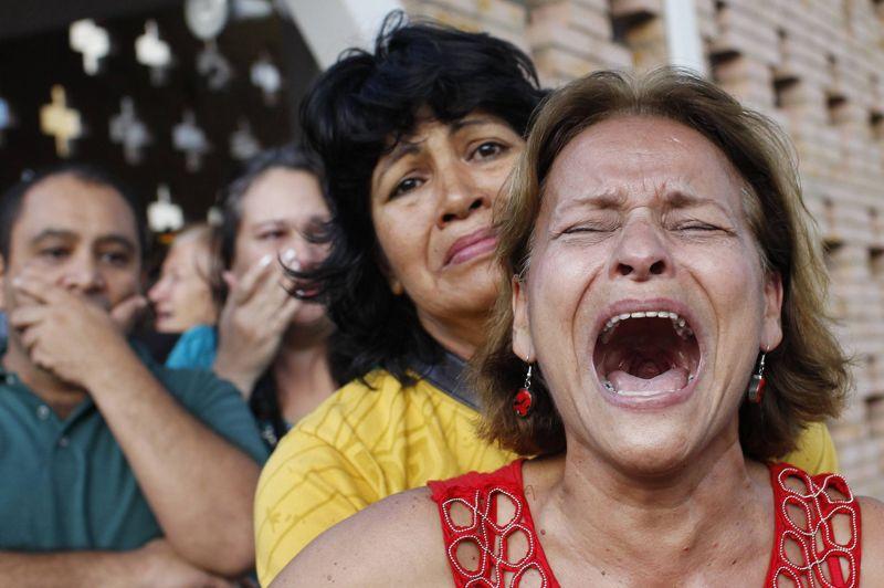 Des partisans d'Hugo Chavez terrassés par l'annonce de sa mort , après 14 ans de pouvoir sans partage. Devant l'hôpital militaire de Caracas , une femme laisse ici exploser sa peine.