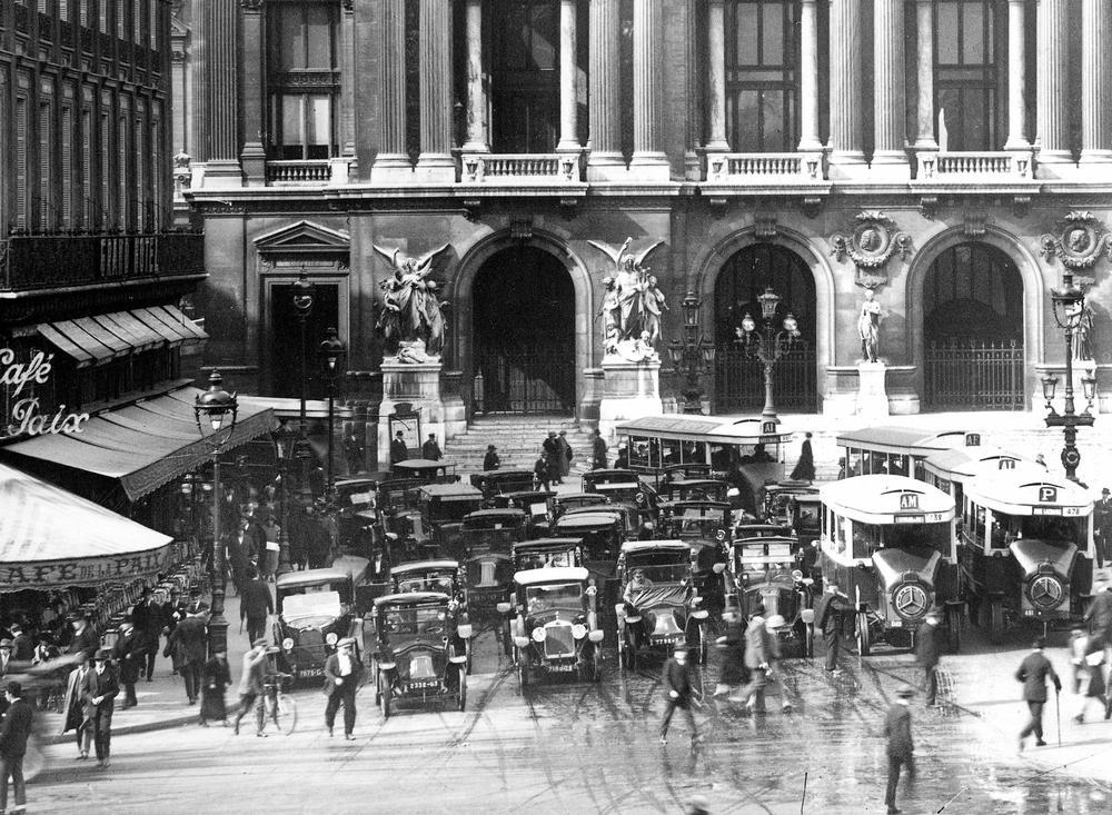 Circulation place de l'Opéra à Paris vers 1925.
