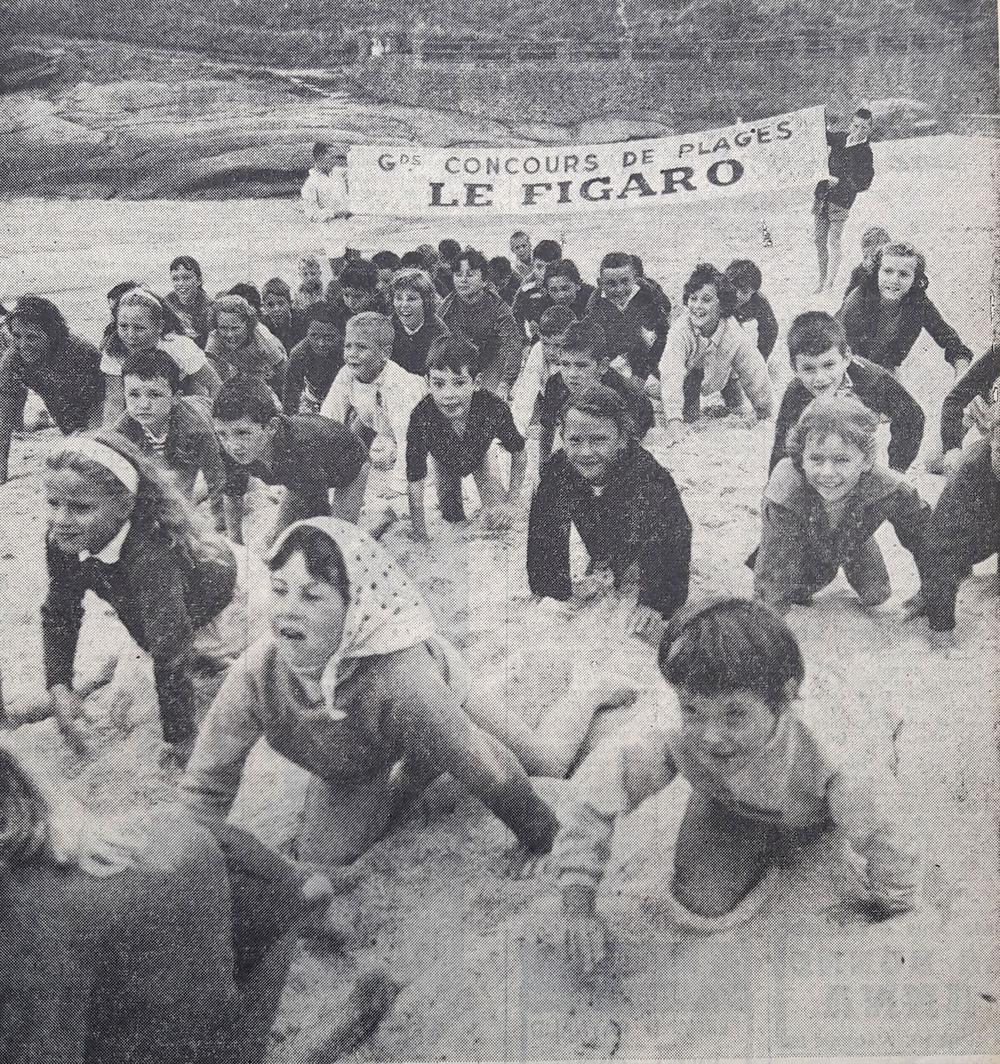 Sur la plage de Trégastel (Côtes-du Nord), ce groupe d'enfants s'entraîne de façon assez inattendue pour prendre part au concours de plages du <i>Figaro </i>de l'été 1958.
