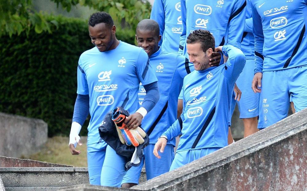 Steve Mandanda (à gauche) et Yohan Cabaye (à droite) lors d'un rassemblement de l'équipe de France.